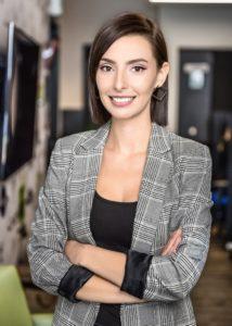 Vicky Fournier, analyste comptable, pose au coworking de 2c2B, cabinet de comptabilité et fiscalité.