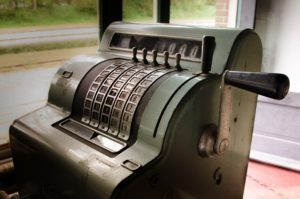 Certains comptables utilisent des outils désuets à l'image de cette caisse enregistreuse, à la place de la comptabilité numérique.