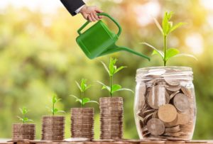 Avec la comptabilité numérique, votre argent grandit plus vite comme ces piles de monnaie.