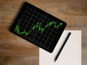 La comptabilité numérique engendre une croissance similaire à ce graphique affiché sur une tablette numérique.