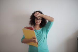 Cette jeune entrepreneure est dépassée par ses dossiers et prête pour la transition vers la comptabilité numérique.