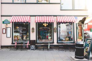 Ce café rétro est situé dans un espace commercial qui présente des conditions fiscales particulières.