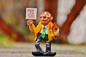 Ce gnome de jardin ne fait pas un vendeur immobilier très crédible. Attention aux pièges de la fiscalité immobilière.