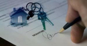 Cet acheteur d'une maison signe son acte de vente, mais connait-il les avantage de la fiscalité immobilière...